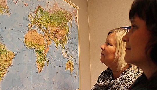 Eeva Karhunen (till vänster) och Maria Eriksson vill få dig att lämna Lindesberg - men säkert också få dig att komma hem igen.
