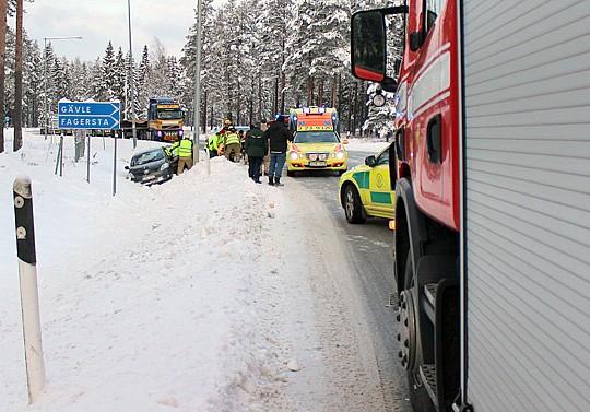 Två personbilar kolliderade på fredagsförmiddagen vid norra infarten. Foto: Monika Aune