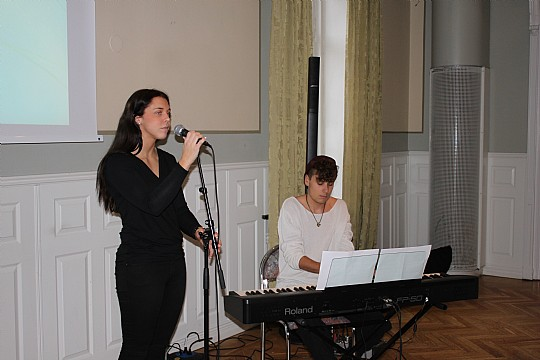 Sofia Rydelius, sång och Love Ekberg, piano inledde Rotarys lunchmöte. Foto: Monika Aune