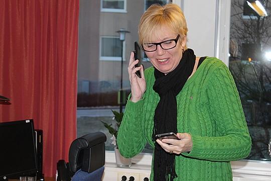 Telefonerna går varma. Susanne Karlsson, ordförande i socialnämnden, har fullt upp redan från start. Foto: Hans Andersson