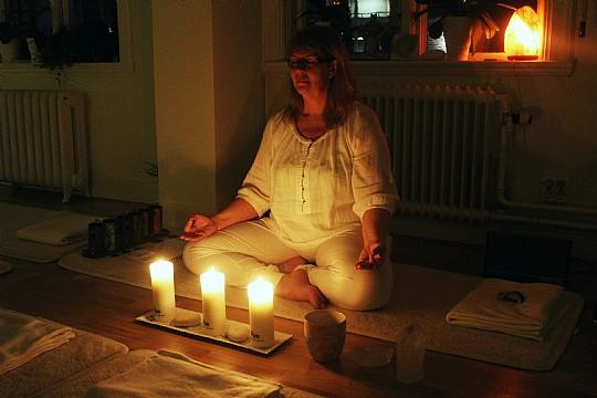 Mari Jansson, Maroja Yogacenter, i yogaposition.