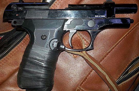 Den här pistolen hittades i närheten av en dikeskörd bil på tisdagen.