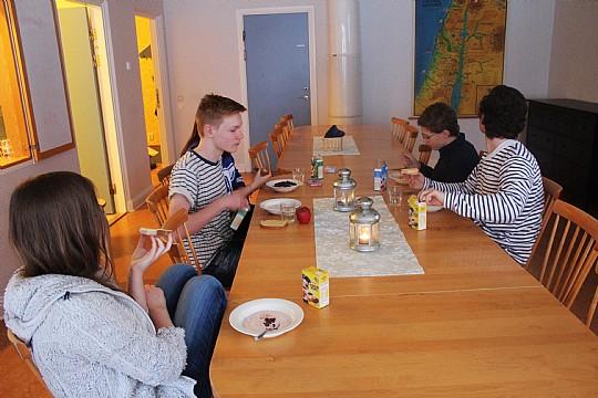 Konfirmanderna Emil, Miklos, Lova och Pauline, samt konfimanderassistenten Konrad fikar tillsammans. Foto: Ida Lindkvist
