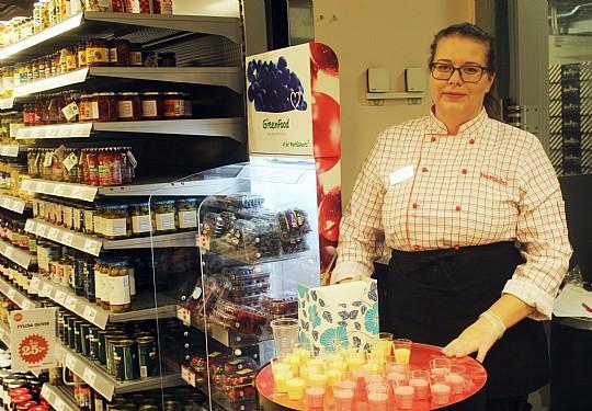 Amanda Arvidsson bjuder på smoothies. Foto: Ida Lindkvist.