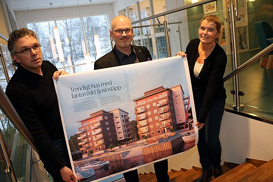 Arne Larsson, Roger Sixtensson och Annelie Bergqvist visar upp Ålkilsbackens kombohus. Foto: Fredrik Norman