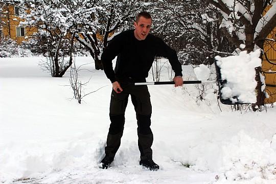 Jesper Alsén, JOTAB, skottar sig fram. Snöskottning; en av tjänsterna företaget erbjuder. Foto: Ida Lindkvist