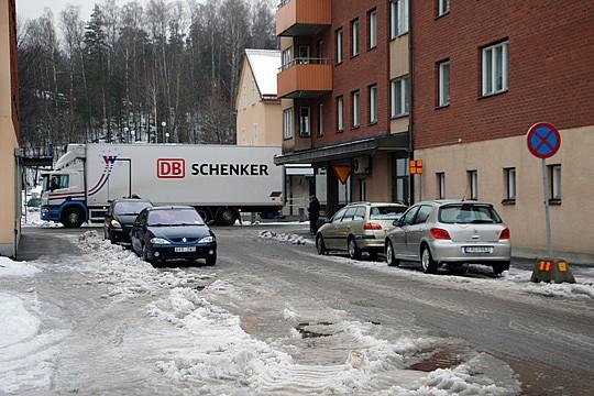 Bakläxa på Skolgatan sedan tung trafik inte kunde leverera. Foto: Fredrik Norman