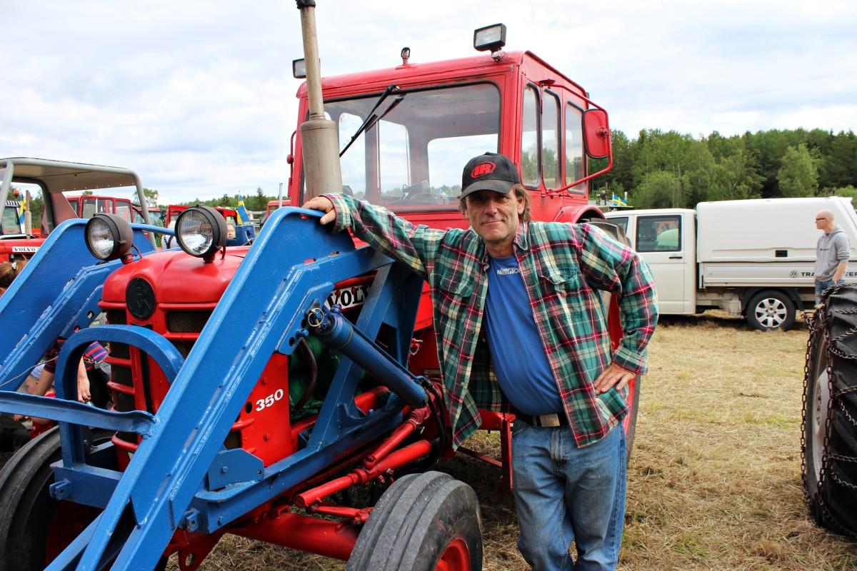 Hans visar upp sin Volvo-traktor.