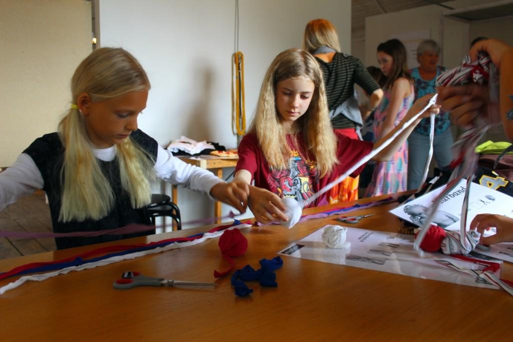Vera och Bella gör kompisarmband. Foto: Ida Lindkvist