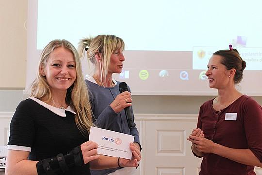 Kicki Seton (till höger) överlämnade 20 000 till Malin Fridberg och Carina Begermann från Linde Ridskola. Foto: Hans Andersson