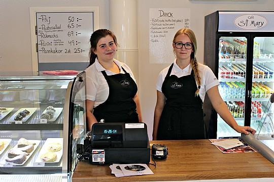 Matilda Asserholt och Fia Lindstedt gör sitt fjärde, respektive tredje, år i caféet. Foto: Ida Lindkvist