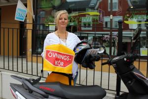Camilla Gustafsson på Körkortscenter håller kurs för blivande mopedister och visar här en del av vad de ska ha på sig under körträningen. Foto: Hans Andersson