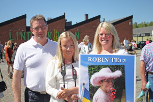 Hans-Åke, Jessica och Amanda Johnsson väntar på sonen Robin som går ut från T12. Foto: Sami Rahkonen