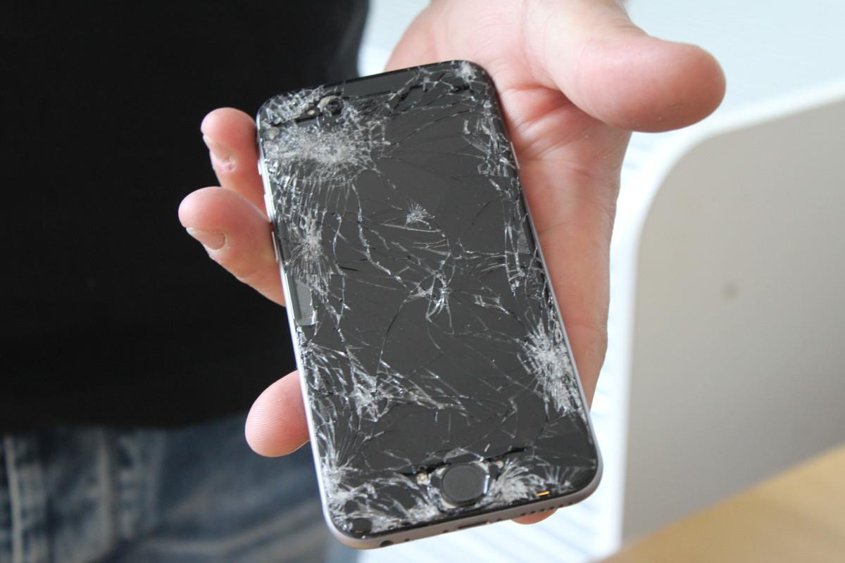 Ser din mobil ut såhär? Per kan hjälpa dig att fixa det. Foto: Ida Lindkvist
