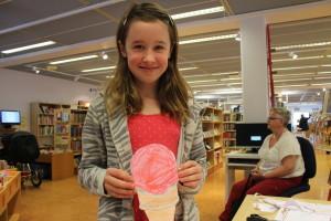 Emmelina älskar böcker och sitt glassigaste boktips blir Harry Potter-serien. Foto: Ida Lindkvist