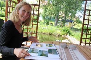 Det kommer mycket minnen när Lisa Isman bläddrar i fotoalbumet med studentbilderna. Foto: Hans Andersson