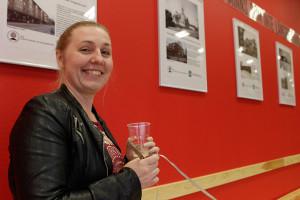 Sara Sporre från biblioteket gav Linde Fornminnes- och hembygdsförening beröm för hur aktiv den är för att hålla det kollektiva minnet vid liv. Foto: Hans Andersson