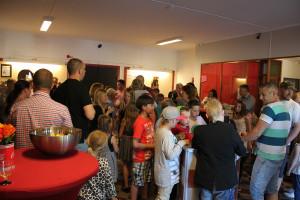 Foajén fylldes av föräldrar, morfäder och farmödrar. Foto: Hans Andersson