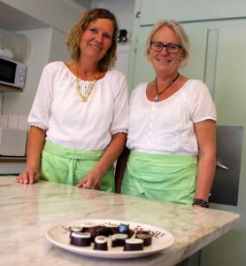 Gunilla Borensjö och Ywonne Lindberg frestar med ett urval läckerheter. Foto: Hans Andersson