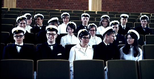 Här har Leif Kalmö samlat en grupp studenter som inte gick i samma klass, men som han haft som elever under realskoletiden. Per-Erik Gustafsson är andre från vänster på den bakre raden. Foto: Leif Kalmö