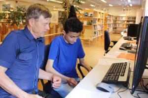 Anders Berg får hjälp av IT-guiden Nori Nori. Foto: Hans Andersson