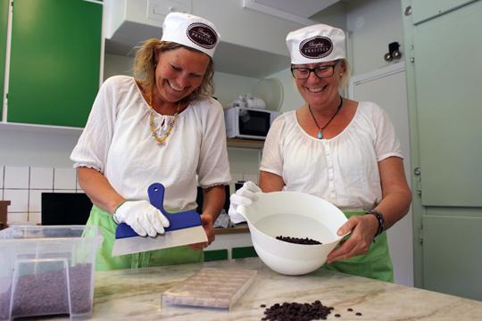 Gunilla Borensjö och Ywonne Lindberg gillar att göra praliner tillsammans. Foto: Hans Andersson