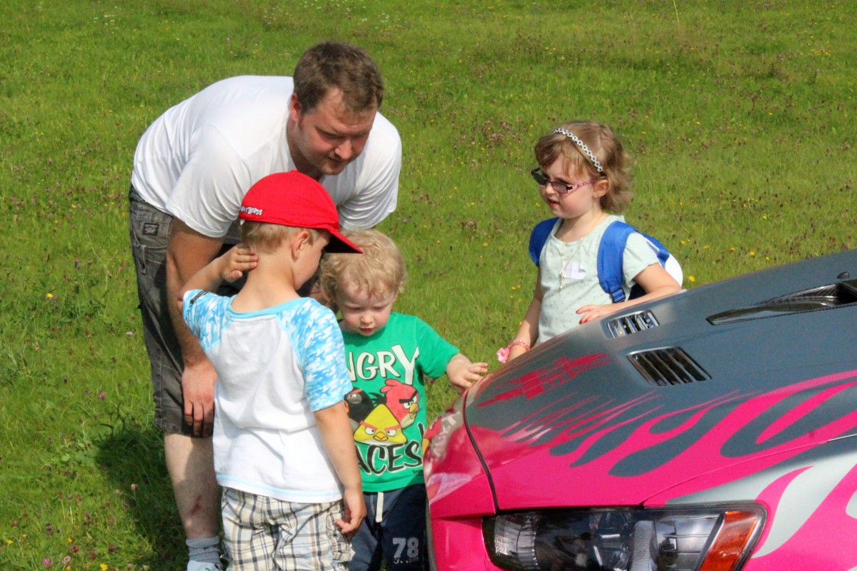 Helenas bil granskas noga, såväl av barnen som papporna. Foto: Ida Lindkvist