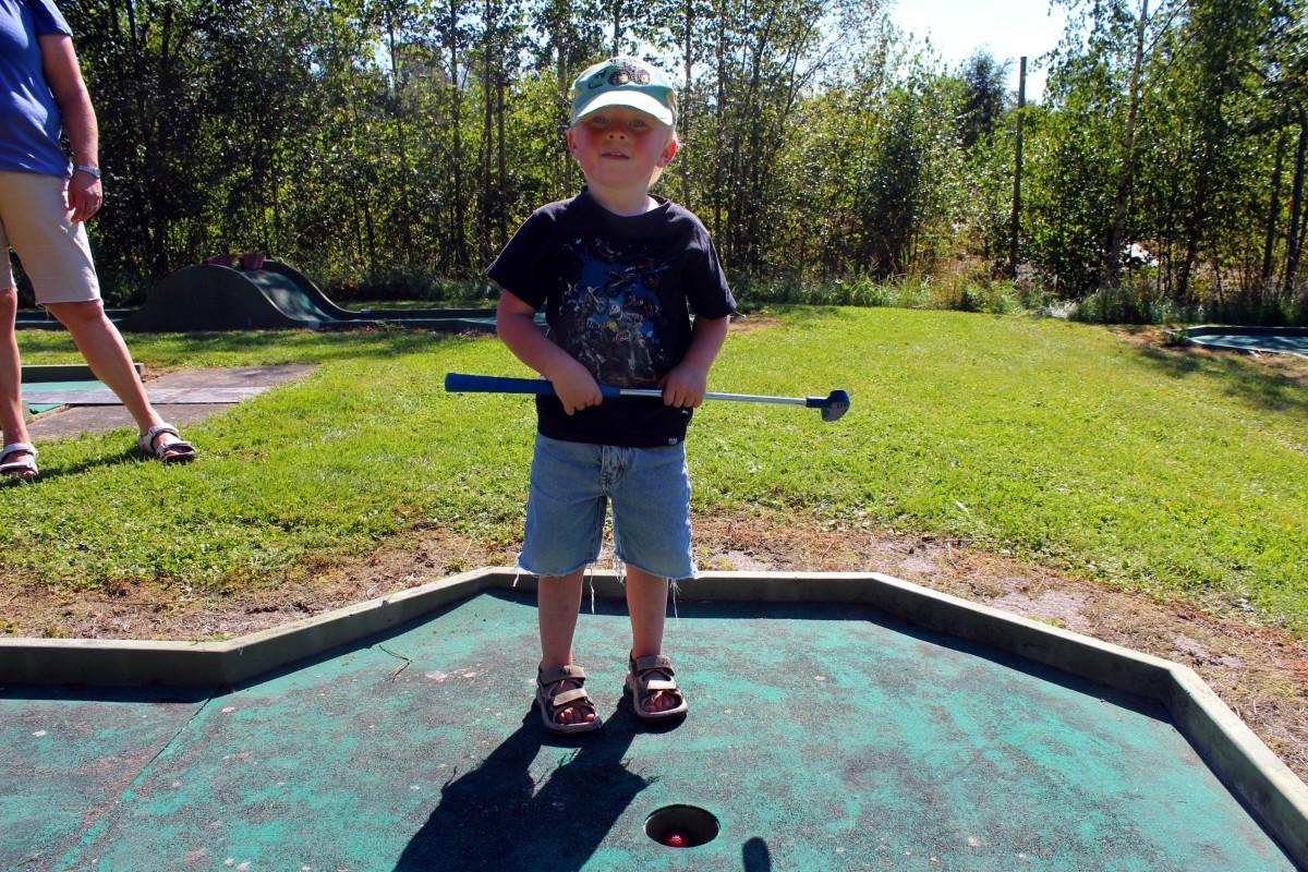 Valter golfar för första gången i sitt treåriga liv. Foto: Ida Lindkvist