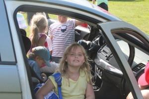 Jennifer provsitter bilen. Foto: Ida Lindkvist