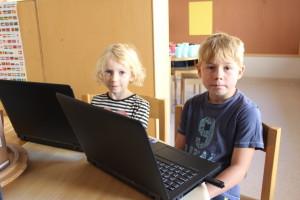 Vilma och Malte ska kapa varsin namnlapp till sina bänkar. Foto: Ida Lindkivst