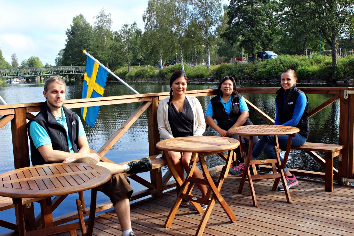 Joakim, Sharon, Lilja och Mia är eniga om att bastuflotten är riktigt trevlig. Foto: Ida Lindkvist