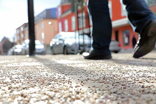 Publiken rekommenderas att ha sköna skor på fötterna när de till fots beger sig på en teaterresa. Arkivfoto: Fredrik Norman