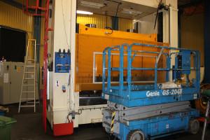 Linde Maskiners största automatpress är avstängd och renoveras under sommaren - en investering på 3 miljoner kronor.  Foto: Monika Aune