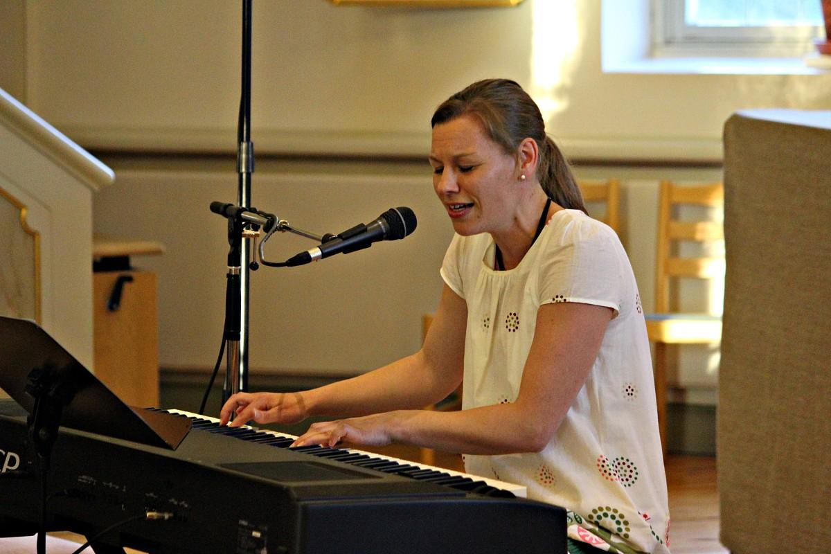 Sofia Nordlund lever sig in i musiken. Foto: Ida Lindkvist