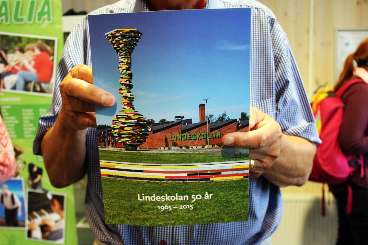 """Här är den, """"Lindeskolan 50 år"""". Foto: Ida Lindkvist"""