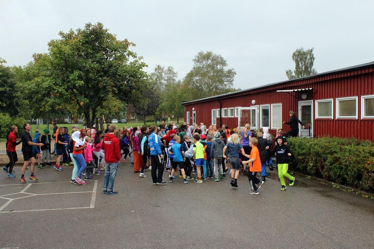 Uppvärmning inför Skoljoggen på Björkhagaskolan. Foto: Ida Lindkvist
