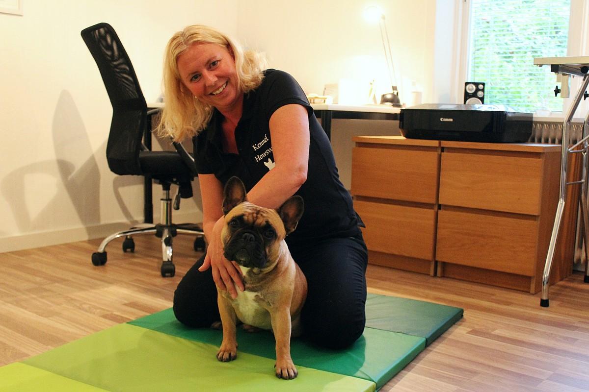 Alexandra Howard Karlsson masserar sin Franska Bulldogg Lilly. Foto: Ida Lindkvist
