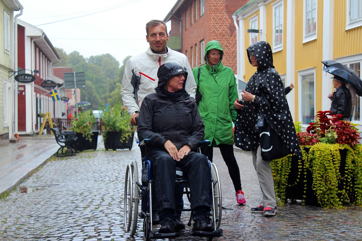 Daniel Andersson (S) testar tillgängligheten i Lindesberg tillsammans med Susanne Karlsson (C). Foto: Ida Lindkvist