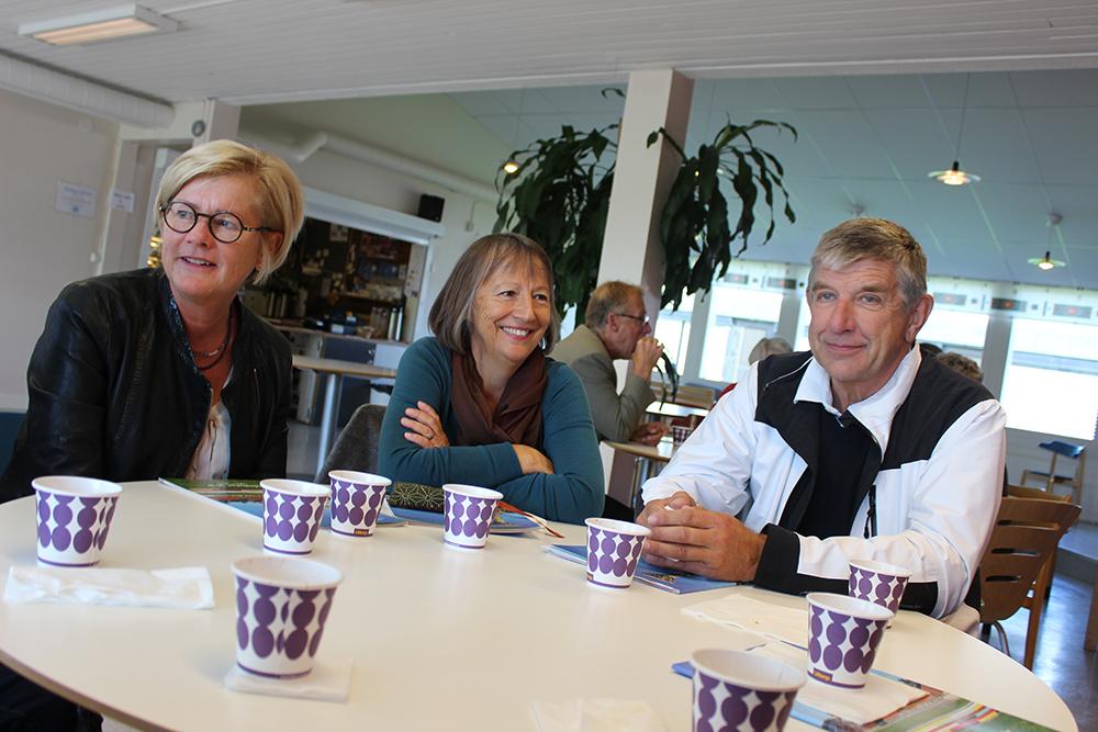 Marianne Åbyhammar, Agneta Ran och Mats Andersson fikar och pratar på återträffen. Foto: Hans Andersson