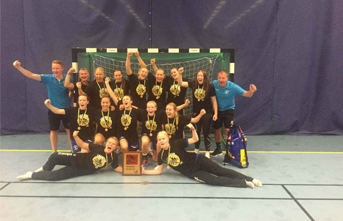 Efter 14-13 i finalen mot Kärra kunde Damjuniorerna skrika ut sin cupglädje. FOTO: LIF Lindesberg