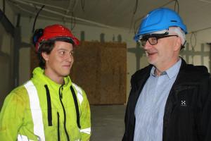 Tommy Allström tillsammans med Sebastian Persson - en av dem som bygger en ny relax-avdelning på badhuset. Foto: Hans Andersson
