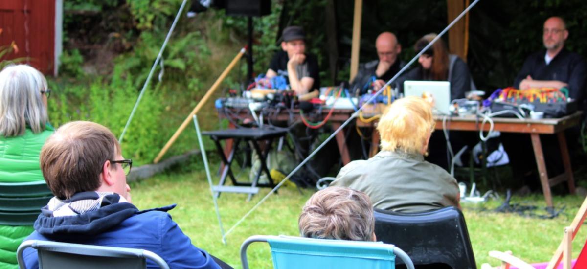 I somras arrangerade föreningen VEMS en utomhuskonsert på Kullen nära Lindessjön Foto: Ida Lindkvist.