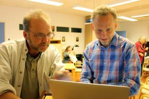 Anders Persson och Niklas Högberg från folkrörelsen Omställning Sverige inspirerade och provocerade på ett möte i Lindesberg. Foto: Hans Andersson