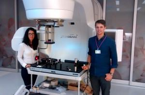 Shirin Abbasi Nejad Enger och studenten Simon Dobri utvecklar detektorn. Foto: Michael Evans