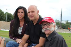 Pelle och Michelle träffar pappa Kurt Fisk när de är i Lindesberg. Foto: Hans Andersson