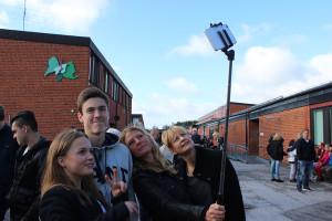 Sofia Wiberg, mentor i klass NA14, samlade Simon Sandin och klasskompis för en selfie. Foto: Hans Andersson