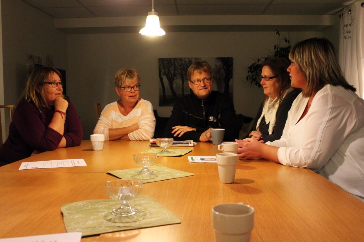 Fr.v. Tuula Pettersson, Anki Gustafsson, Tommie Eek, Christina Wendin och Marie Pettersson samtalar över en kopp kaffe. Foto: Ida Lindkvist