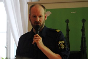 Henrik Andersson informerar om sitt viktiga arbete som ungdomspolis. Foto: Ida Lindkvist