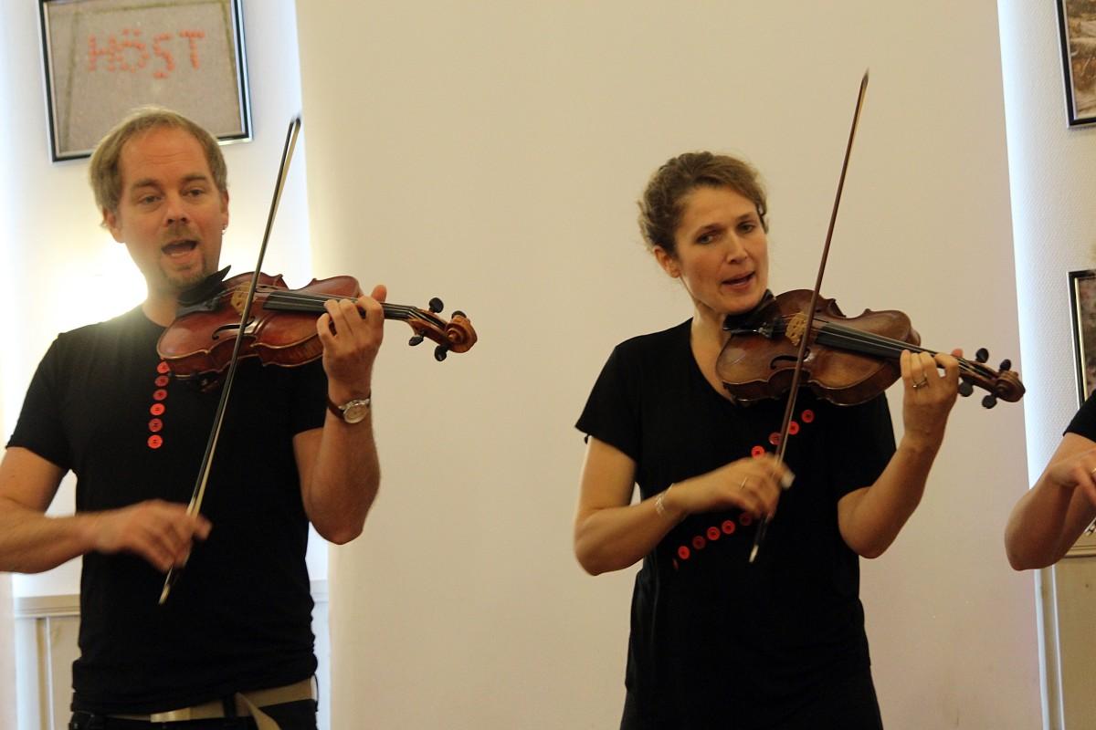Filip Runesson och Gabrielle Freese spelar fiol. Foto: Ida Lindkvist