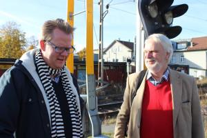 Naturligtvis träffar Anders Ceder bekanta, när han ger sig ut i Lindesberg - den här gången Christian Kokvik - körsångare, psykolog och M-politiker. Foto: Hans Andersson